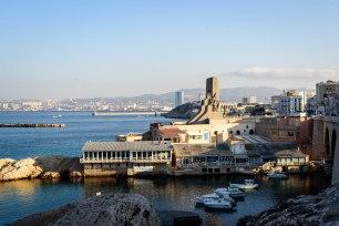 Le matin à Malmousque en regardant Le Vallon des Auffes et vers Marseille dans la distance.