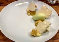Pomme cuite au sirop, pain de Gênes, crème au citron, meringue et sorbet pomme vert