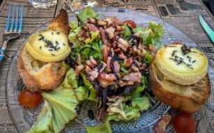 une salade de chèvre chaude