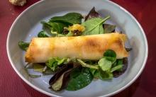 Croustillant de St Marcellin au miel, salade aux noix
