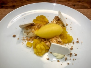 Fruits exotiques, crémeux mascarpone, crumble noisette & sorbet passion-mandarine
